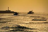 Vodní vlny a ryb člun