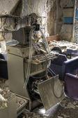 Attrezzature rotte in un ospedale abbandonato