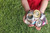 Hliníkové plechovky rozdrtil pro recyklaci
