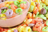 Cereali frutta colorata con latte o yogurt