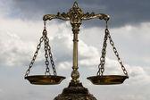 Una foto della bilancia della giustizia con una sovrapposizione del tema di equilibrio