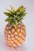 ananas na šedém povrchu