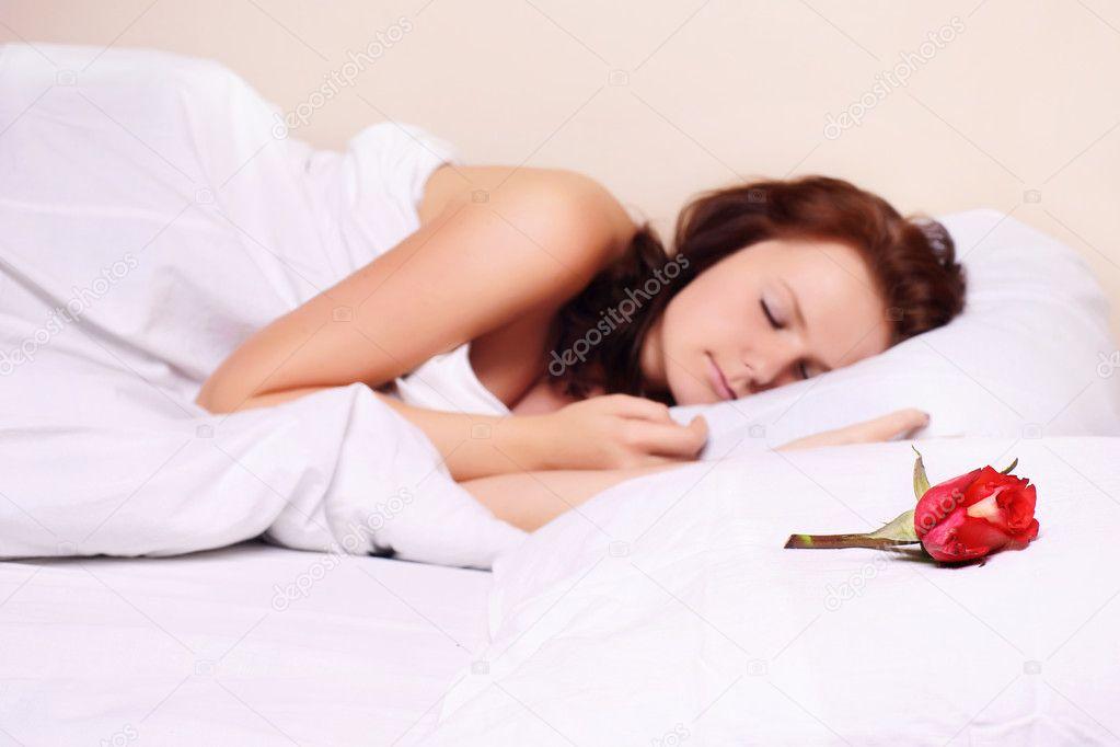 Сексуальная девушка спит
