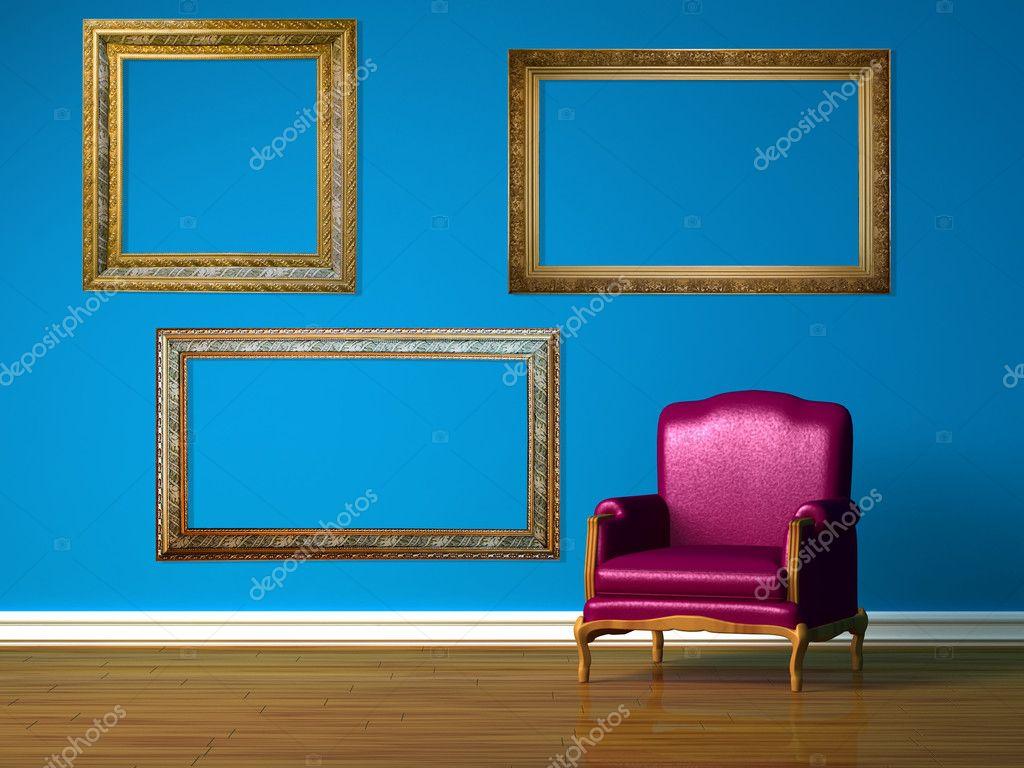 Paarse stoel in blauwe minimalistische interieur u stockfoto