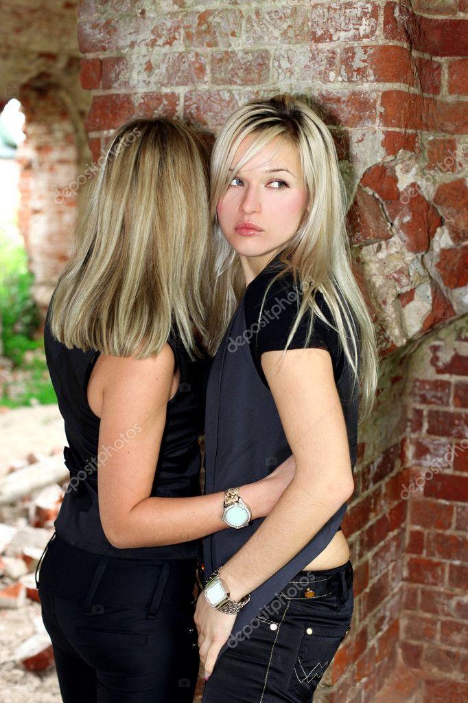 Due ragazze al vecchio muro di mattoni - Foto Stock: Foto ...