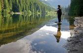 žena muškaření na jezero