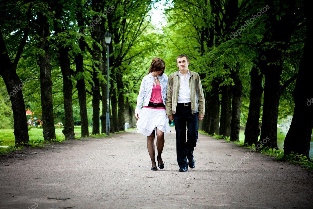 Парень наклонил женщину в парке — pic 14