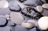 mořská voda a kamení