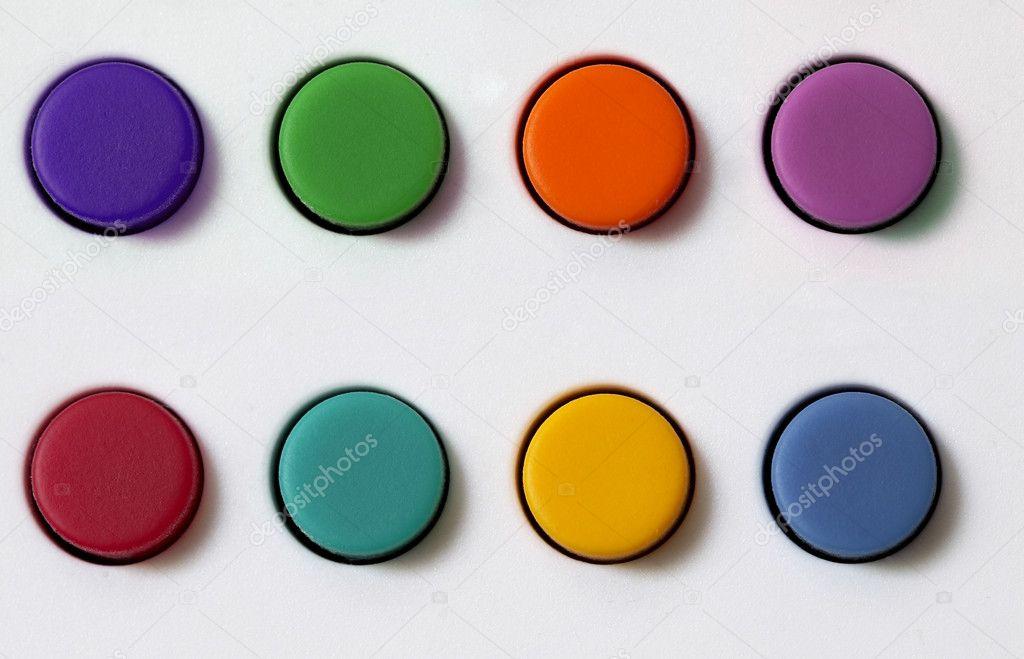 Farbige Plastikknöpfe über Weiße Strukturierten Hintergrund Festlegen U2014  Foto Von Grublee