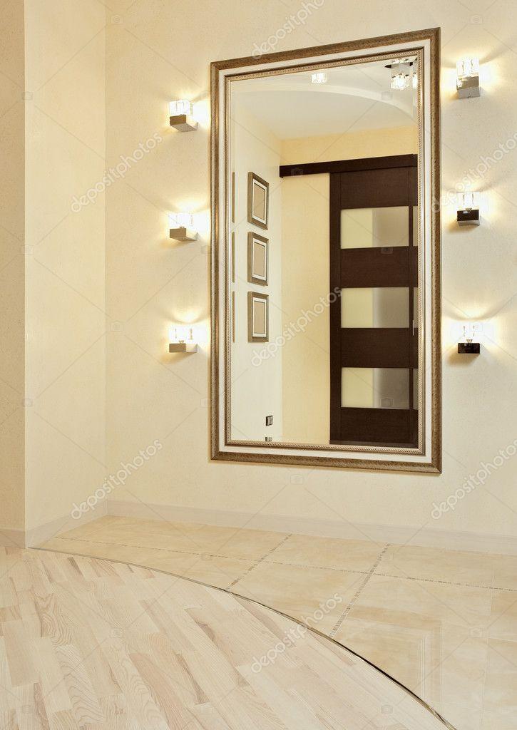 Καθρέφτης σε χρυσό πλαίσιο σε μπεζ χρώμα προθάλαμο — Εικόνα από MrHamster bdb3da74227
