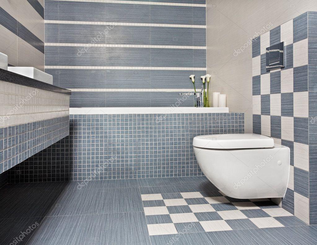 Fantastisch Modernes Bad In Blau Und Grau Tönen Mit Wc Und Mosaik U2014 Foto Von MrHamster