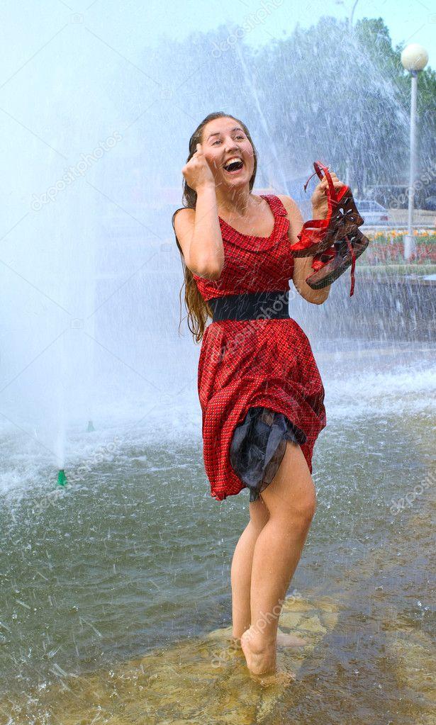 девушки во влажненькой одежде