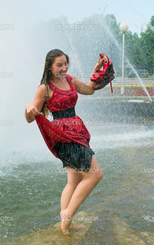Девочка в мокром платье
