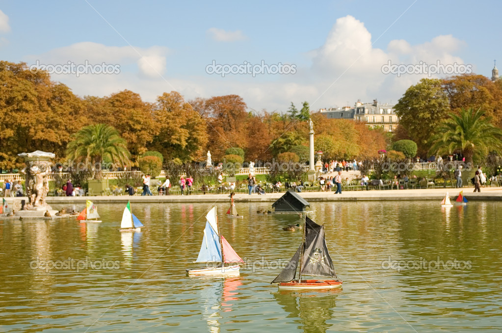 Toy boats in the Luxembourg Garden — Stock Photo © encrier #1078342