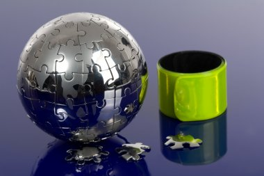 Globe puzzle with reflector