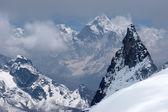 Vzdálené sněhu hory přes údolí