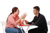 Fotografia ragazzo e ragazza parlando e mangiando