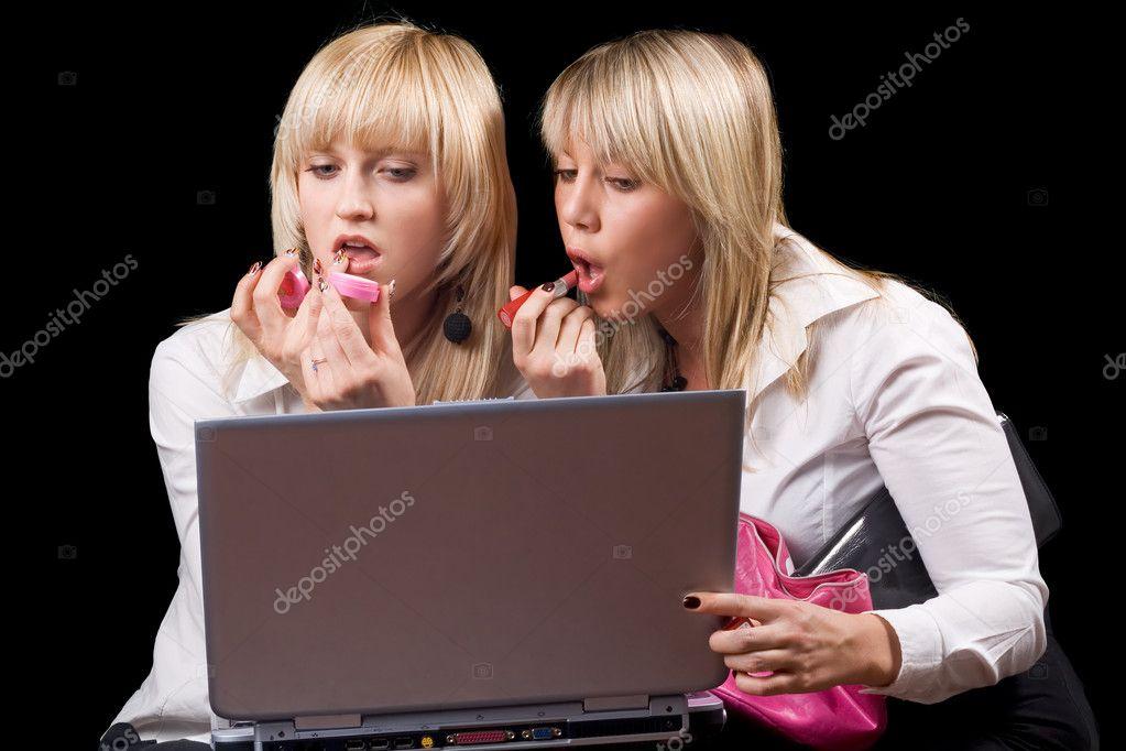 dve-blondi-i-paren-porno-video-podsipal-snotvornogo