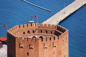 Fotografie přístavu alanya a červená cihlová věž