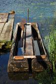 Vecchia barca da pesca tradizionale allormeggio