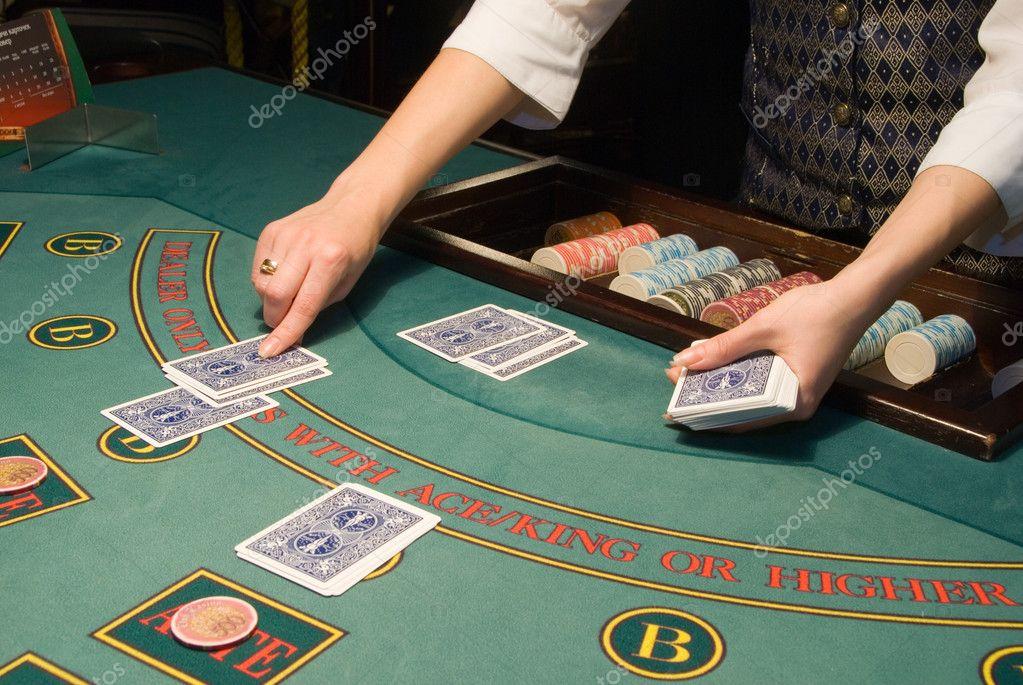 Croupier Penanganan Kartu Di Meja Poker Stok Foto C Ffotograff65 1135224
