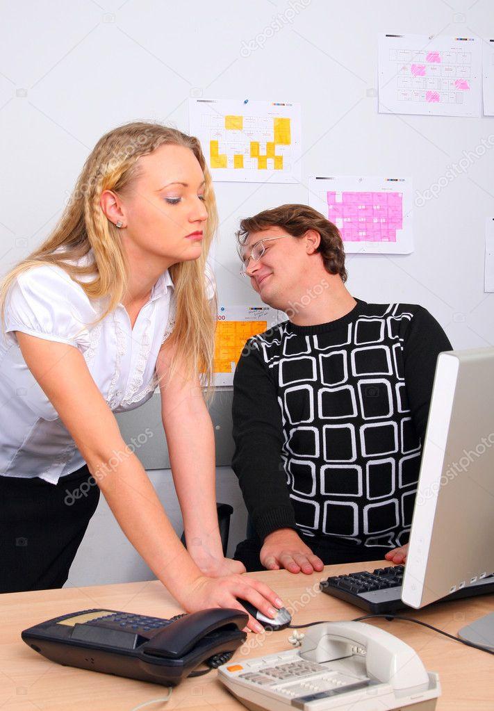 Шеф и молодая сотрудница, загорелые девушки на пляже в бикини порно