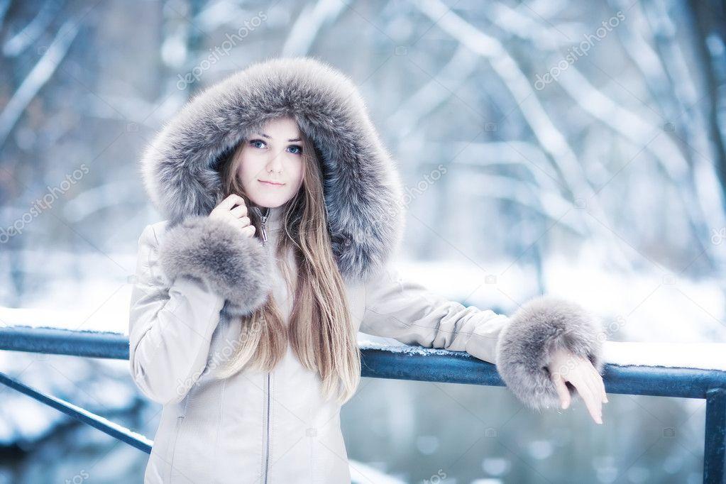 девушка снег капюшон лицо бесплатно