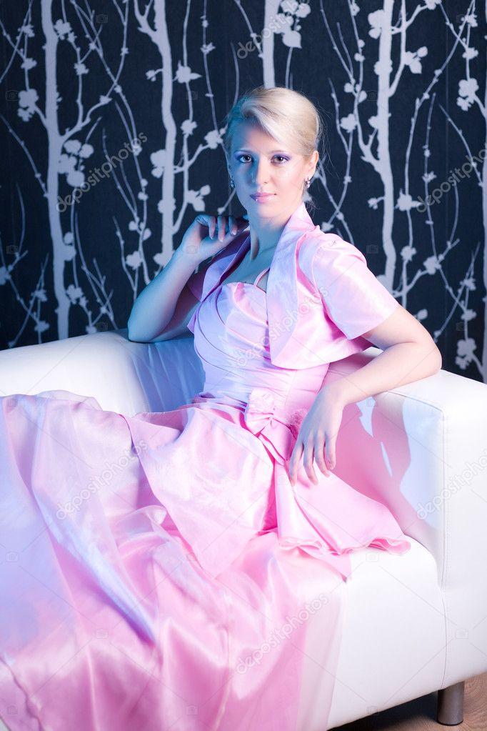 joven mujer en vestido rosa — Foto de stock © chaoss #1355716