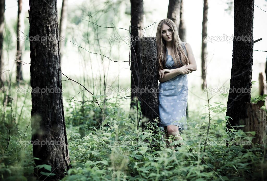 Красивую девушку поймали в лесу
