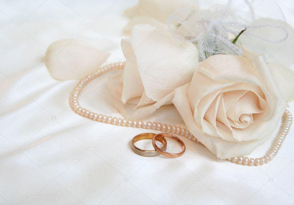 Alianças de casamento e rosas — Stock © oxanatravel