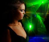 Fotografia bella ragazza che balla