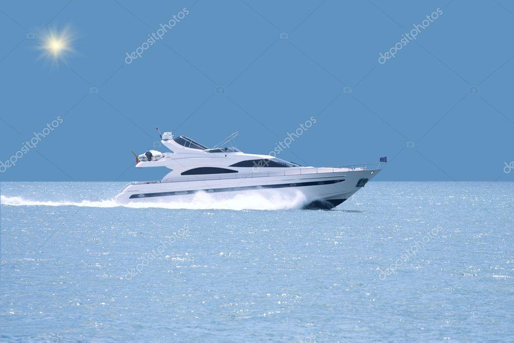 Yacht di lusso con linea orizzonte