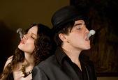 Fotografie gangster-mann und frau rauch