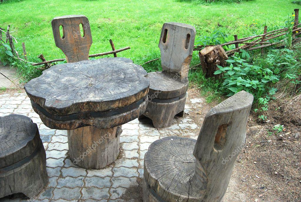 Oude houten tafel en stoelen u stockfoto silverkblack