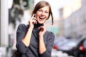 Fotografie mladá dáma mluví na mobilním telefonu