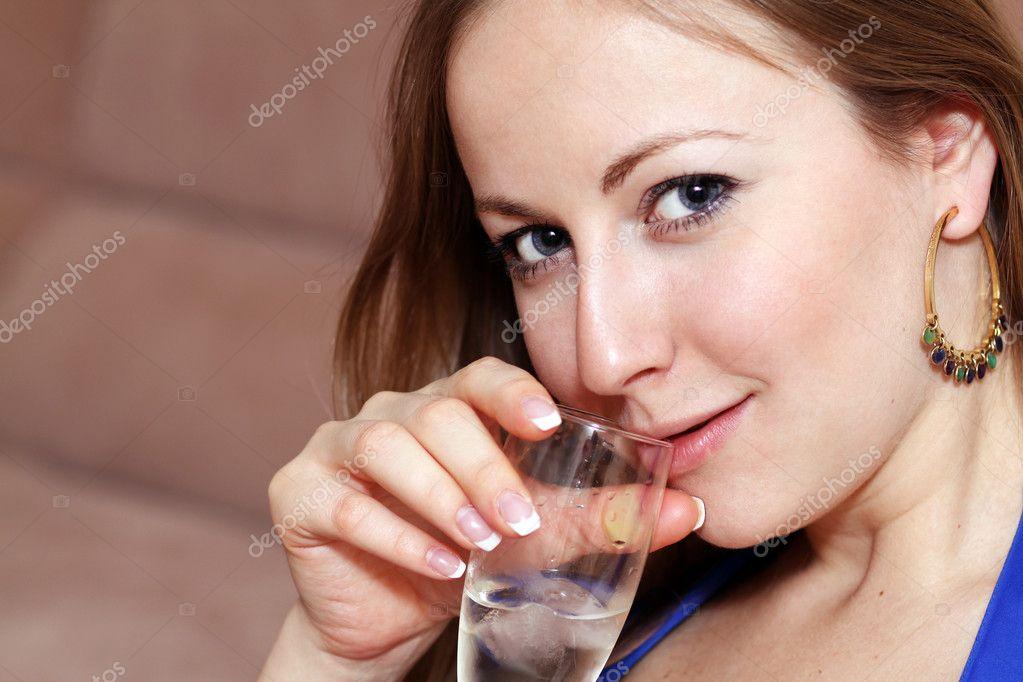 Две девки пьют сперму со стакана трубочкой — photo 6