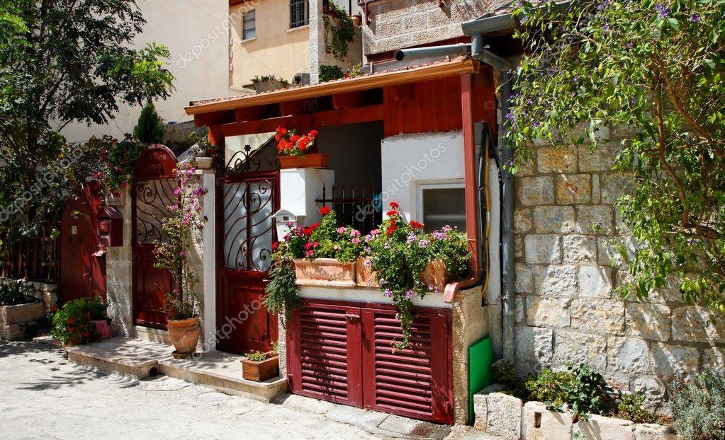 Piccola veranda o portico all 39 ingresso di casa foto for Piani di casa cottage con veranda protetta