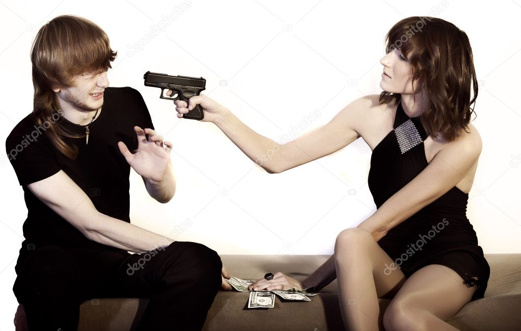 seks-foto-devushka-ugrozhaet-parnyu-pistoletom-nozhkami-drochat-drug
