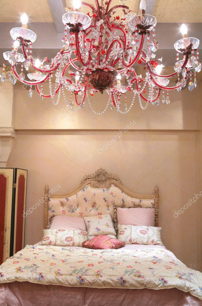 slaapkamer met rode kroonluchter — Stockfoto © Astroid #1373462