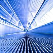 mozgólépcső meg kék folyosó
