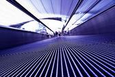 a repülőtéren mozgó lila travolator