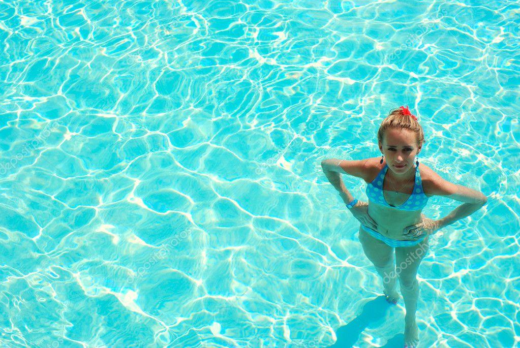 девушки на дне бассейна может