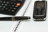 kalkulačka, kuličkové pero a mobilní telefon