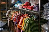 Kleidung in shop