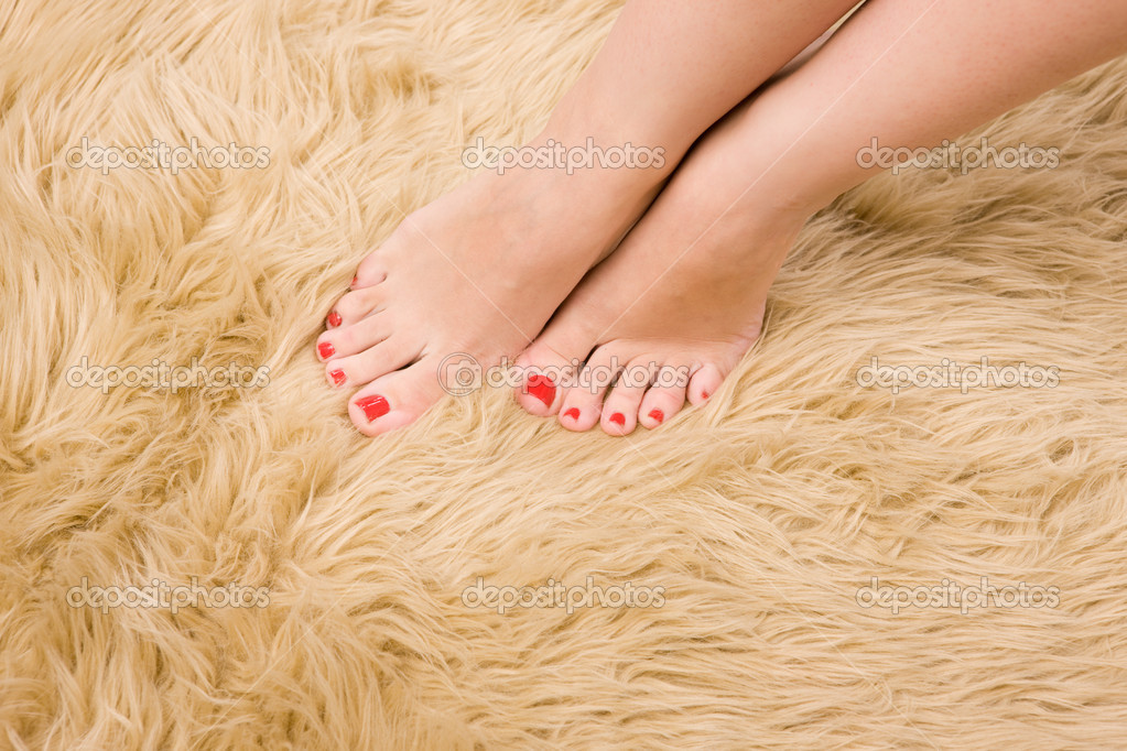 femelle pieds sur la moquette en laine — Photo #1409121