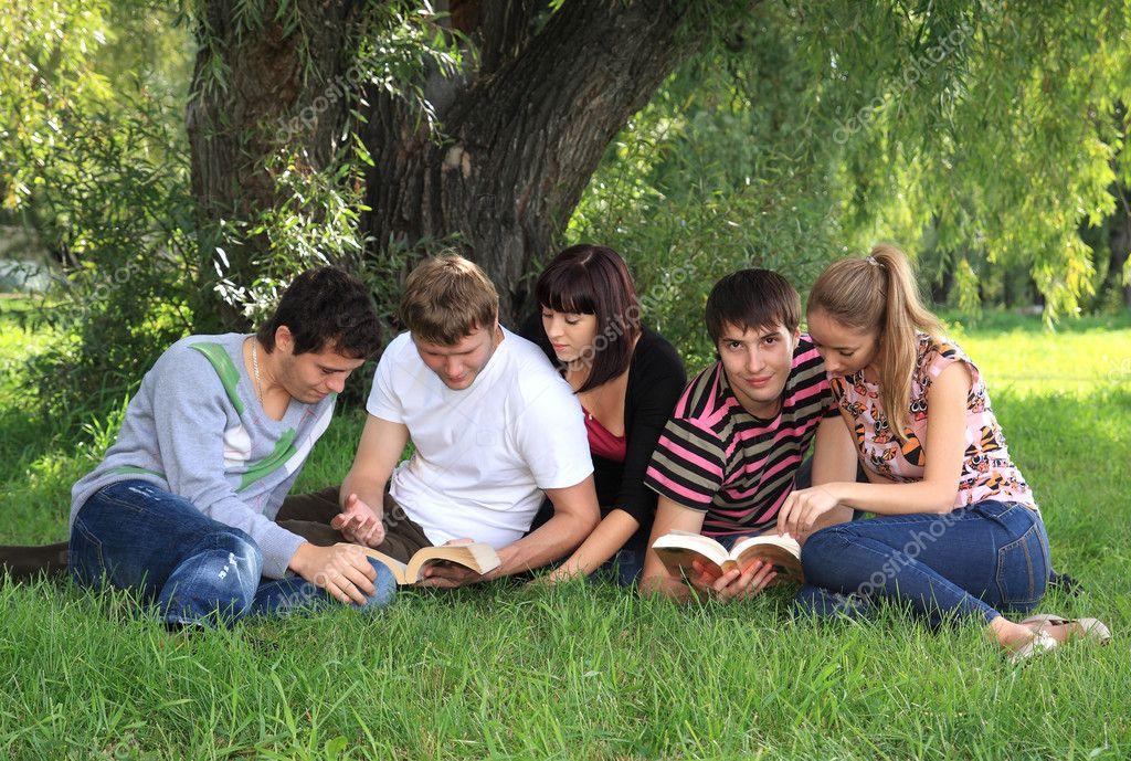 Студенты на природе дурачатся онлайн — photo 10