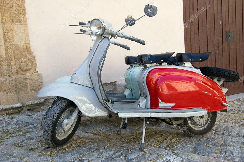 Ancien Scooter célèbre ancien scooter italien démodé — photographie rmarinello