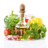 Fotografia morta di verdure con olio doliva