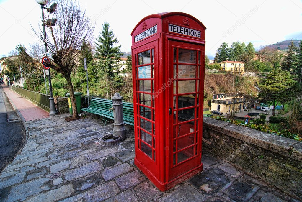 Cabina Telefonica : Cabina telefonica rossa barga italia u2014 foto stock © jovannig #2171647