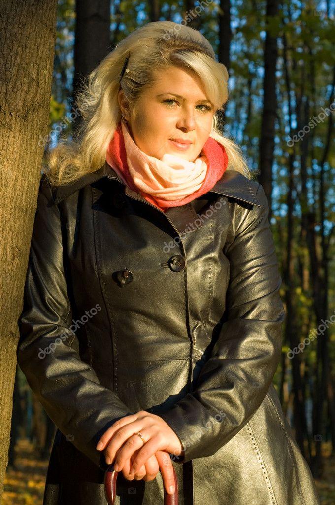Девушка в кожаном плаще видео фото 300-412